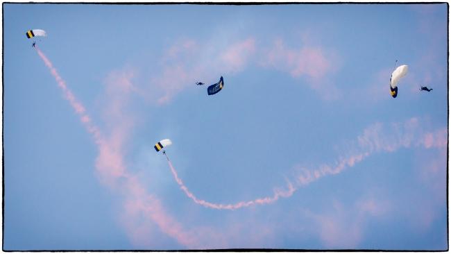 nyairshowparachutes-2